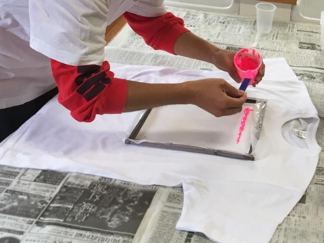 印刷作業する手元